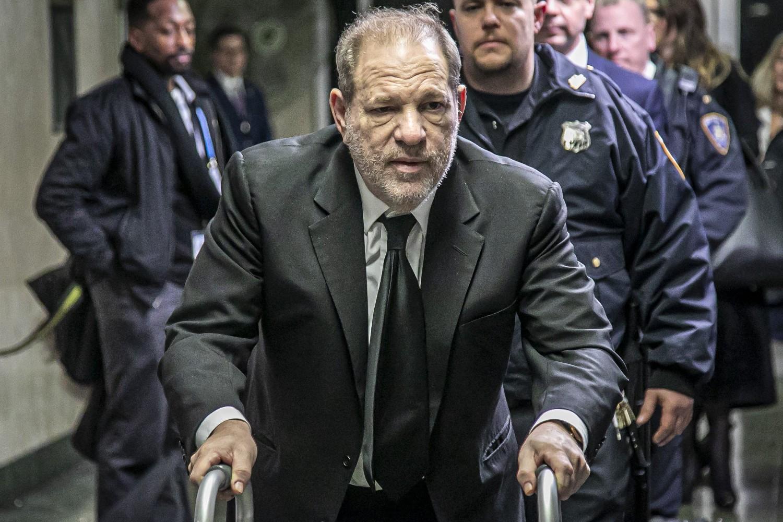 Harvi Vajnstin napušta sudnicu na Menhetnu nakon suđenja zbog optužbi za silovanje i seksualno zlostavljanje, Njujork, 16. januar 2020. (Foto: AP Photo/Bebeto Matthews)