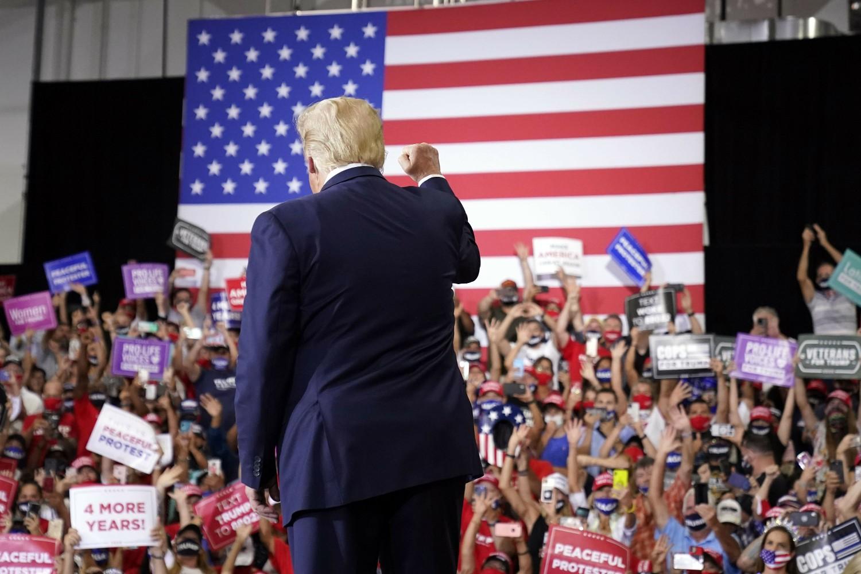 Predsednik Donald Tramp pozdravlja svoje pristalice tokom predizbornog mitinga u Hendersonu (Nevada), 13. septembar 2020. (Foto: AP Photo/Andrew Harnik)