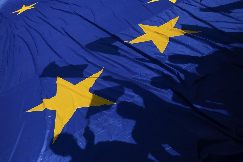 Siluete učesnika pro-EU skupa na zastavi Evropske unije, Rim, 25. mart 2017. (Foto: Reuters/Alessandro Bianchi)