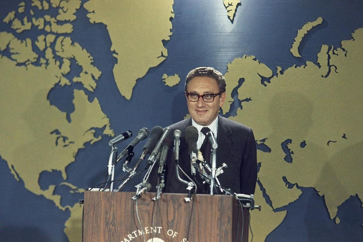 Henri Kisindžer tokom konferencije za medije u Stejt departmentu nakon što je saznao da je dobitnik Nobelove nagrade za mir, Vašington, 16. oktobar 1973. (Foto: AP Photo)