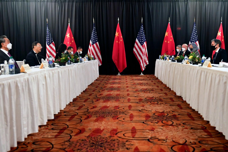 Američki državni sekretar Entoni Blinken sa članovima svoje delegacije tokom sastanka sa kineskom delegacijom koju predvodi Jang Đieći, Enkoridž, 18. mart 2021. (Foto: Frederic J. Brown/Pool Photo via AP)