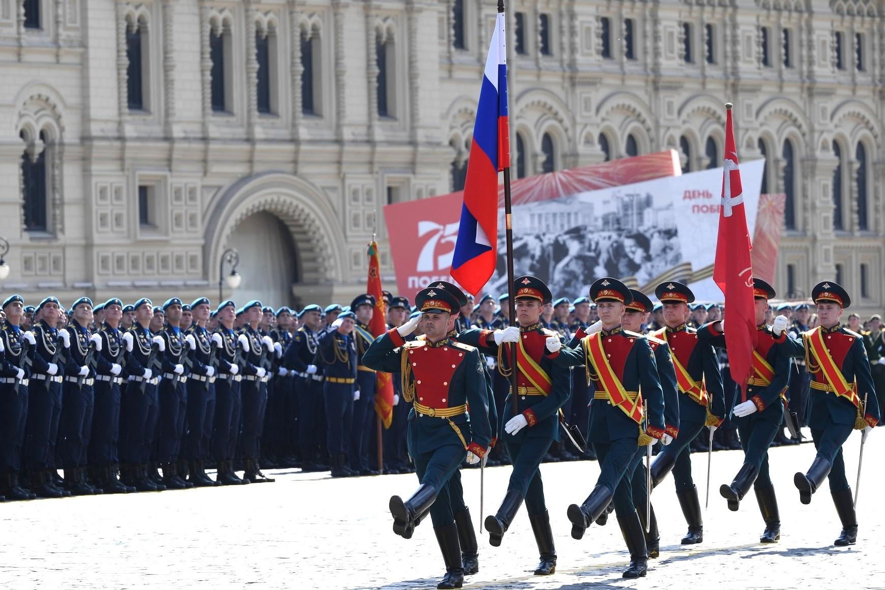 Pripadnici ruske armije tokom marša sa zastavom Rusije na vojnoj paradi povodom Dana pobede u Drugom svetskom ratu, Moskva, 24. jun 2019. (Foto: RIA Novosti/kremlin.ru)