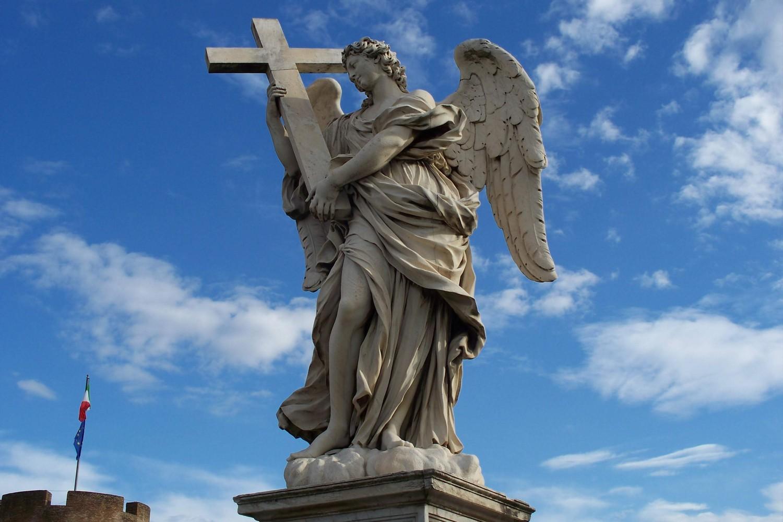 Skulptura anđela sa krstom u Rimu (Foto: Wikimedia/Uniquecommons, CC BY-SA 4.0)