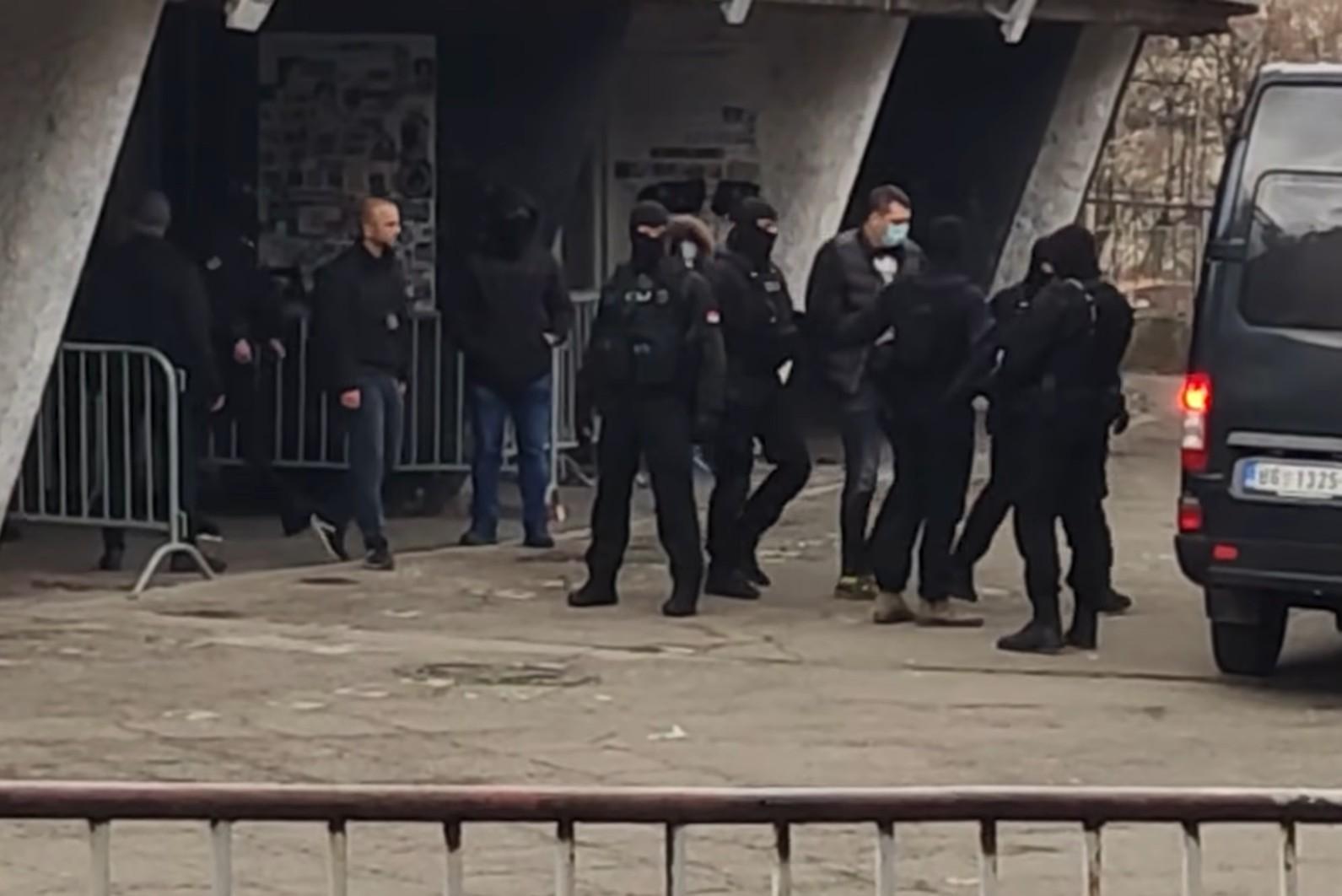 Trenutak hapšenja Veljka Belivuka ispred stadiona Partizana, Beograd, 04. februar 2021. (Foto: Snimak ekrana/Jutjub/NOVA S)