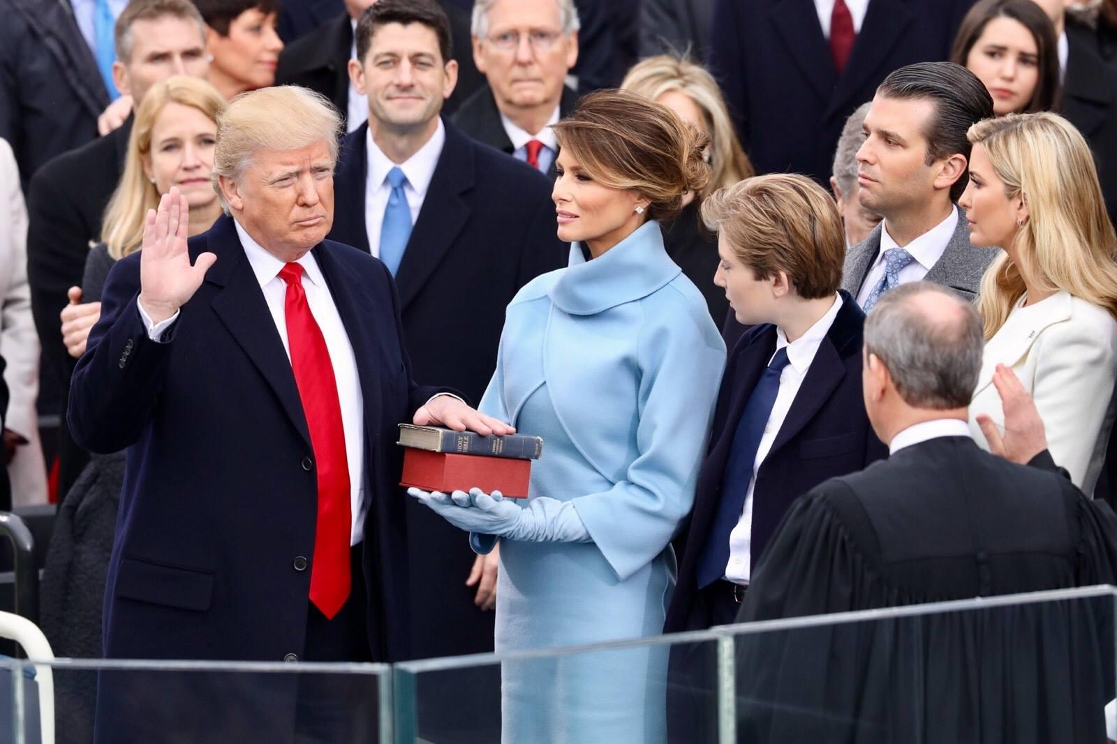 Novoizabrani američki predsednik Donald Tramp tokom polaganja zakletve na svojoj inauguraciji, Vašington, 20. januar 2017.(Foto: Wikimedia/The White House)