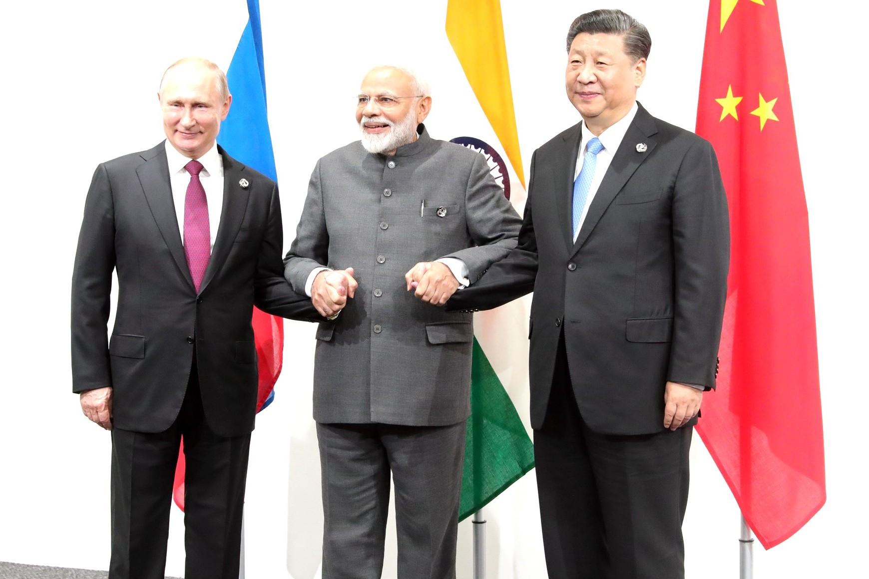Ruski predsednik Vladimir Putin i kineski predsednik Si Đinping tokom sastanka sa indijskim premijerom Narendrom Modijem, Osaka, 28. jun 2019. (Foto: kremlin.ru)