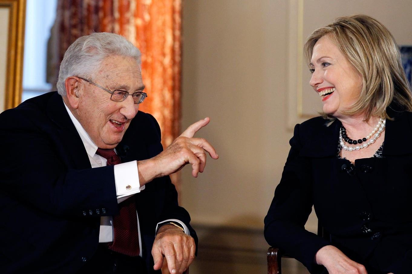 Bivši državni sekretar Henri Kisindžer u razgovoru sa državnom sekretarkom Hilari Klinton tokom jednog intervjua u Stejt departmentu, Vašington, 20. april 2011. (Foto: AP Photo/Alex Brandon)