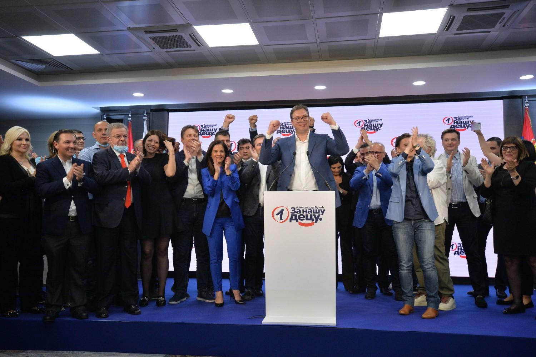 Predsednik Srbije i SNS-a Aleksandar Vučić zajedno sa ostalim članovima stranke tokom proslave izborne pobede 2020. godine (Foto: Tanjug/Zoran Žestić)