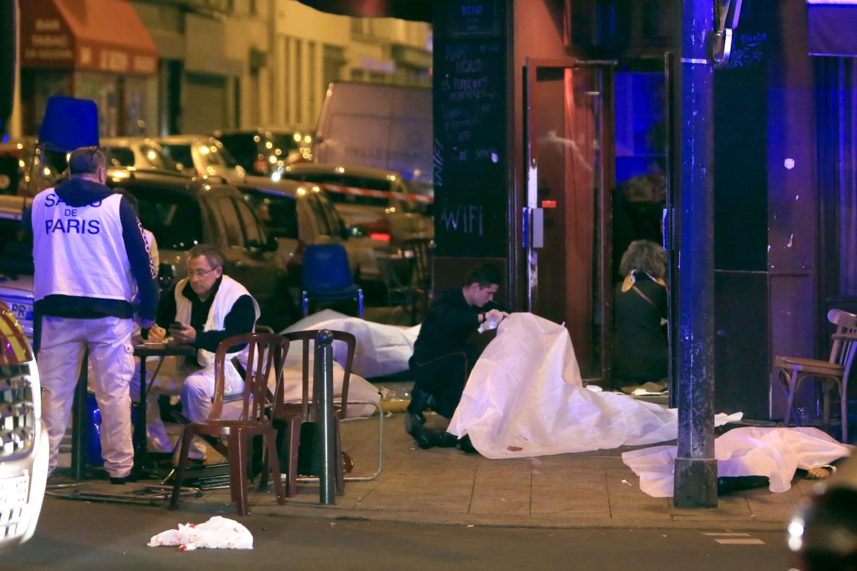 Istražitelji ispituju tela žrtava terorističkog napada na jedan pariski restoran, 13. novembar 2015. (Foto: AP Photo/Thibault Camus)
