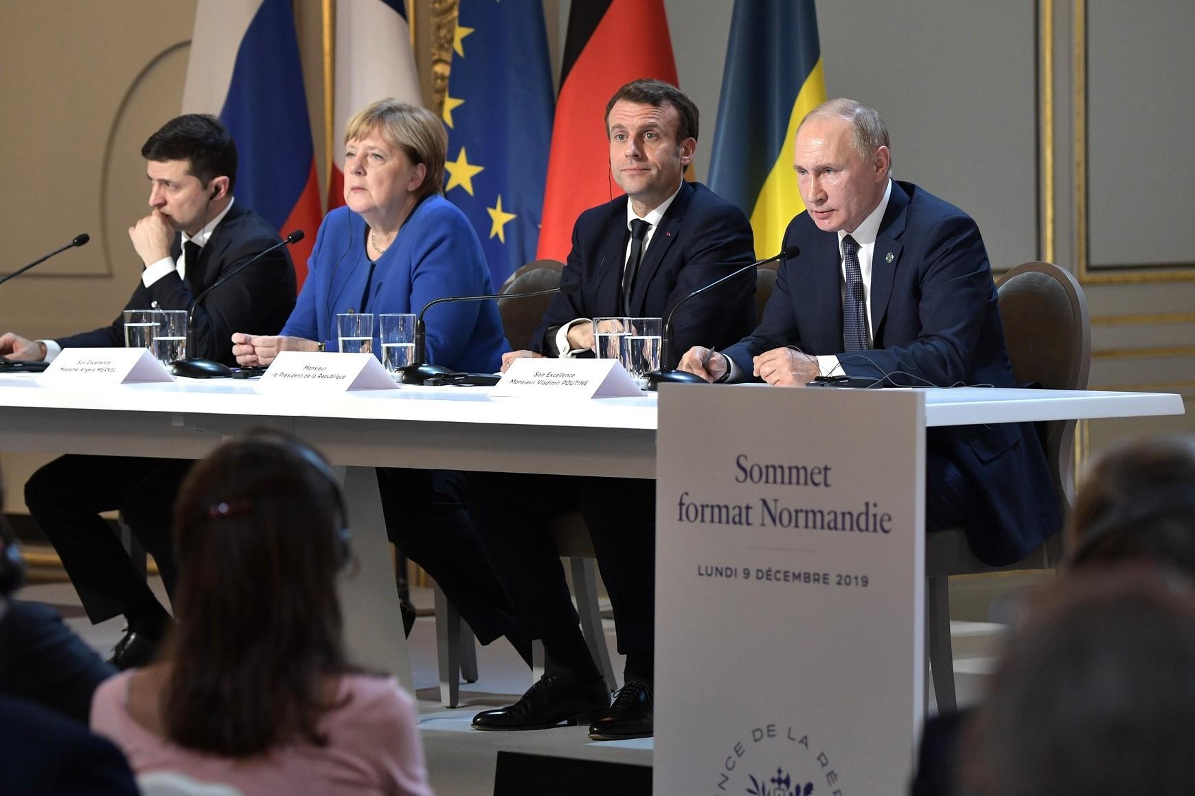 Ukrajinski predsednik Vladimir Zelenski, nemačka kancelarka Angela Merkel, francuski predsednik Emanuel Makron i ruski predsednik Vladimir Putin tokom zajedničke konferencije za medije nakon samita Normandijske grupe, Pariz, 10. decembar 2019. (Foto: kremlin.ru)
