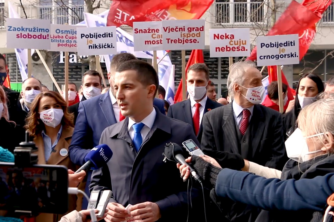 Predsednik Skupštine Crne Gore Aleksa Bečić tokom obraćanja nakon predaje liste Demokratske Crne Gore za izbore u Nikšiću, 01. mart 2021. (Foto: Snimak ekrana/Jutjub/Demokratska Crna Gora)
