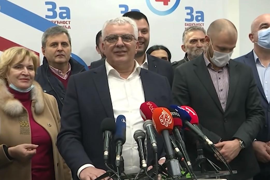 Jedan od lidera Demokratskog fronta Andrija Mandić tokom obraćanja nakon dobijenih rezultata na izborima u Nikšiću, 14. mart 2021. (Foto: Snimak ekrana/Jutjub/NOVA S)