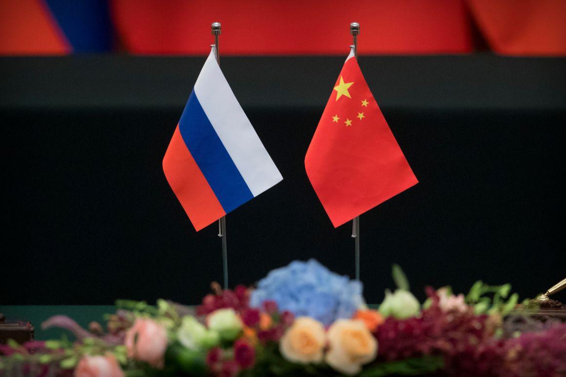 Zastavice Rusije i Kine (Foto: AP Photo/Mark Schiefelbein)
