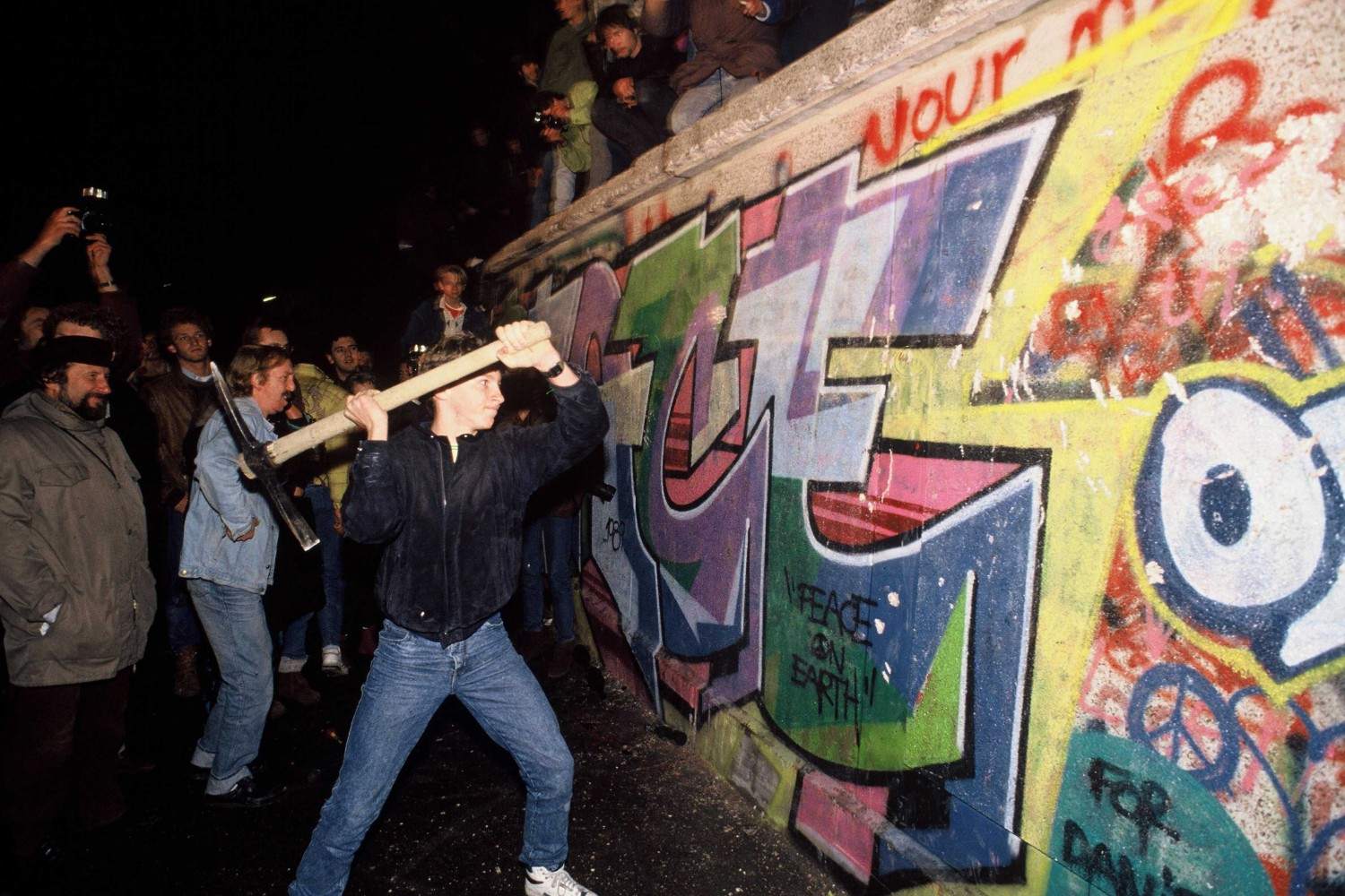 Rušenje Berlinskog zida krampom u noći 9. novembra 1989. (Foto: Robert Wallis/Corbis via Getty Images)