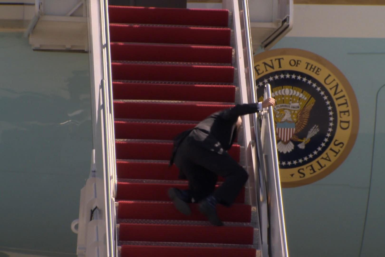 Američki predsednik Džo Bajden prilikom pada tokom ukrcavanja u avion (Foto: Snimak ekrana/NBC News)