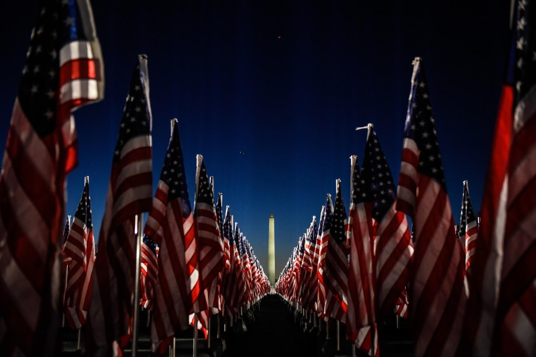 Američke zastavice u blizini Vašingtonskog obeliska uoči inaguracije Džozefa Bajdena (Foto: Stephanie Keith/Getty Images)