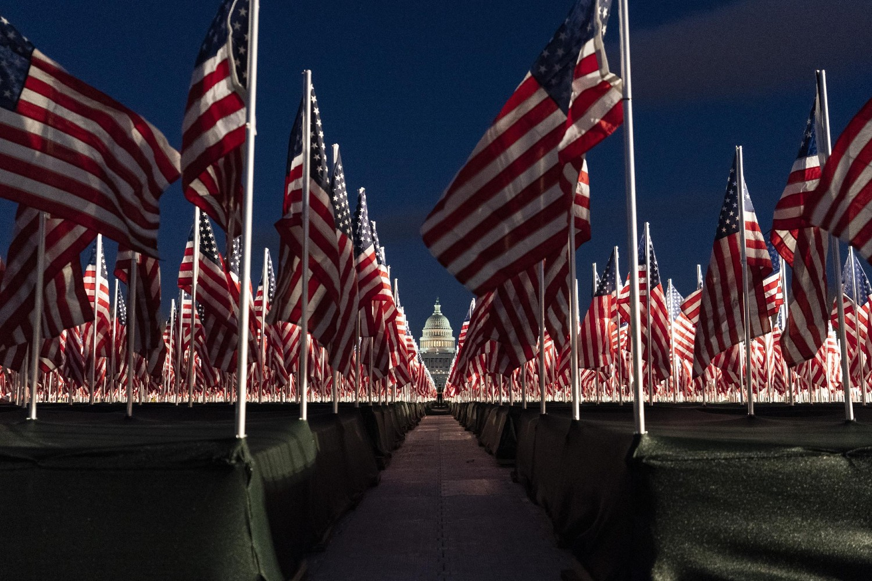 Zastave Sjedinjenih Država pobodene ispred američkog Kapitola uoči inauguracije izabranog predsednika Džoa Bajdena, Vašington, 18. januar 2021. (Foto: AP Photo/Alex Brandon)