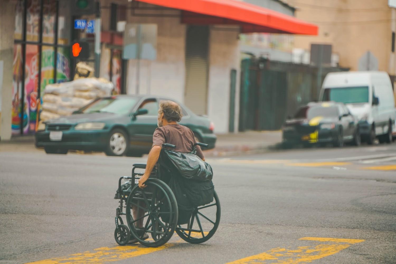 Osoba u invalidskim kolicima (Foto: Unsplash/Jung Ho Park)