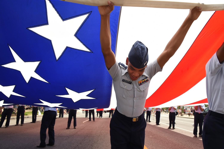 Pripadnik američkih vazduhoplovnih snaga razvija veliku zastavu Sjedinjenih Država pre početka jedne parade, Vašington, 25. maj 2015. (Foto: Matt McClain/The Washington Post/Getty Images)