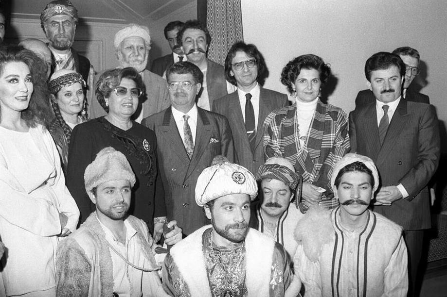 Bivši predsednik Turske Turgut Ozal (u sredini) sa svojom ženom Semrom Ozal i drugim zvaničnicima tokom zajedničke fotografije sa glumcima nakon odgledane opere (Foto: Ecvet Atik/Anadolu Ajansı)