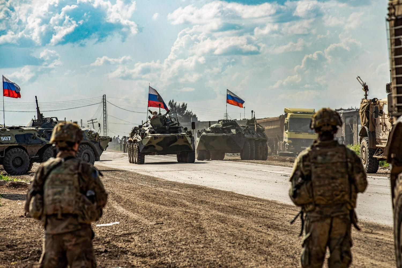 Američki vojnici posmatraju ruski vojni konvoj u blizini grada Kamišli na severoistoku Sirije, 02. maj 2020. (Foto: Delil Souleiman/AFP/Getty Images)