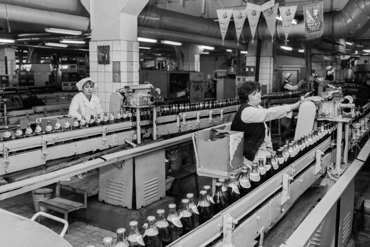 Radnici u proizvodnom pogonu u fabrici piva, Moskva, 1991. (Foto: Gennady Khamelyanin/TASS)