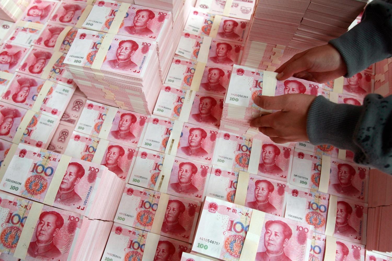 Radnik slaže odštampane novčanice juana (Foto: Teh Eng Koon/AFP/Getty Images)