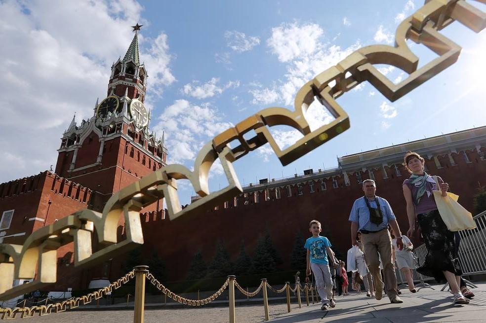 Građani Moskve tokom šetnje u blizini Kremlja (Foto: Artiom Geodakyan/TASS)