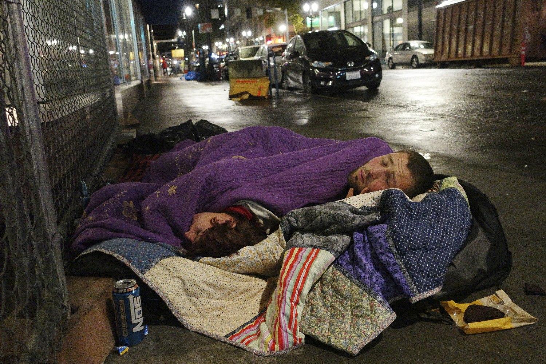 Beskućnici spavaju na ulici u centru Portlanda (Oregon), 18. septembar 2017. (Foto: AP Photo/Ted S. Warren)