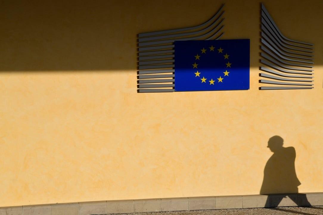 Čovek u prolazu pored sedišta Evropske komisije u Briselu (Foto: Reuters/Toby Melville)