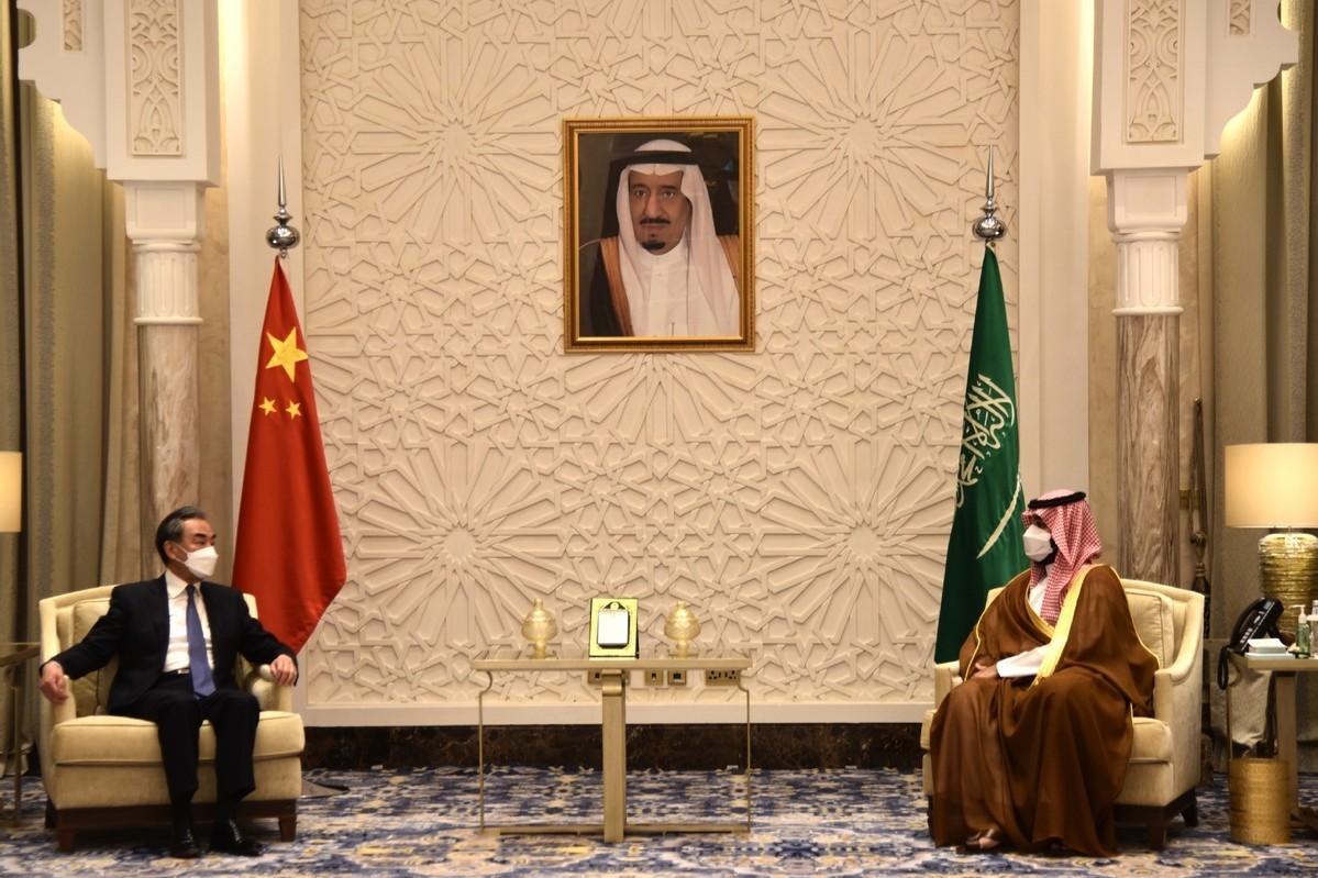 Kineski državni savetnik i ministar spoljnih poslova Vang Ji tokom sastanka sa Mohamedom bin Salmanom, prestolonaslednikom Saudijske Arabije, Rijad, 24. mart 2021. (Foto: Xinhua/Tu Yifan)