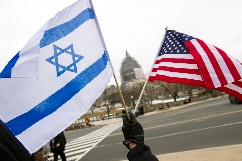 Proizraelski demonstrant sa zastavama Izreala i Sjedinjenih Država ispred Kapitola u Vašingtonu, 03. mart 2015. (Foto: AP Photo/Cliff Owen)