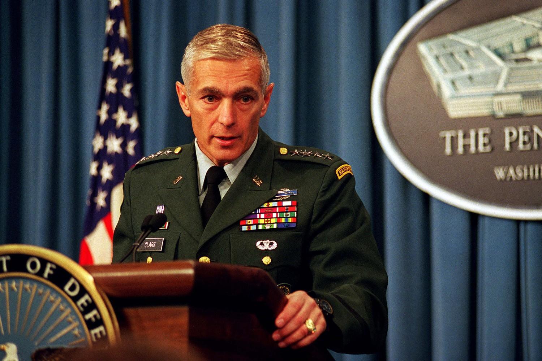Američki general Vesli Klark tokom konferencije za medije u Pentagonu povodom trenutne situacije u BiH, Vašington, 03. septembar 1997. (Foto: Wikimedia/US Department of Defense/R. D. Ward)