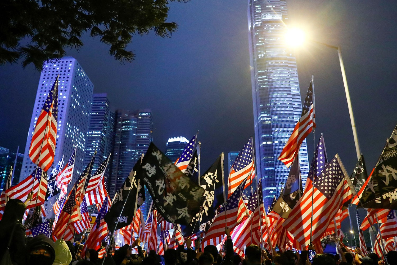 Demonstranti u Hongkongu sa američkim zastavama (Foto: Reuters/Thomas Peter)