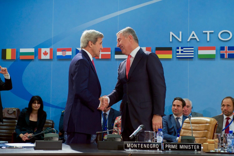 Američki državni sekretar Džon Keri tokom rukovanja sa premijerom Crne Gore Milom Đukanovićem nakon potpisivanja Pristupnog protokola za nastavak prijema Crne Gore u NATO, Brisel, 19. maj 2016. (Foto: Wikimedia/Flickr/U.S. Department of State)