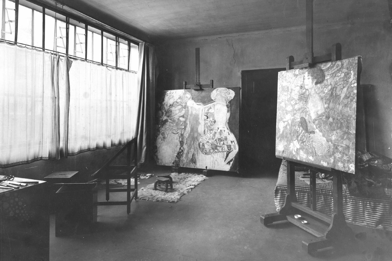 "Nedovršene slike ""Nevesta"" (levo) i ""Dama s lepezom"" (desno), slika Klimtovog ateljea februara 1918, neposredno posle slikareve smrti (Foto: ONB/Wien Bildarchiv 94884-E/Moriz Nähr)"