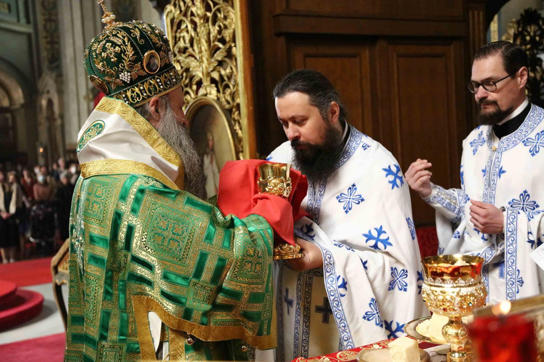 Patrijarh Porfirije tokom pričešćivanja sveštenika nakon služenja Liturgije u Sabornoj crkvi u Beogradu, 25. april 2021. (Foto: spc.rs)