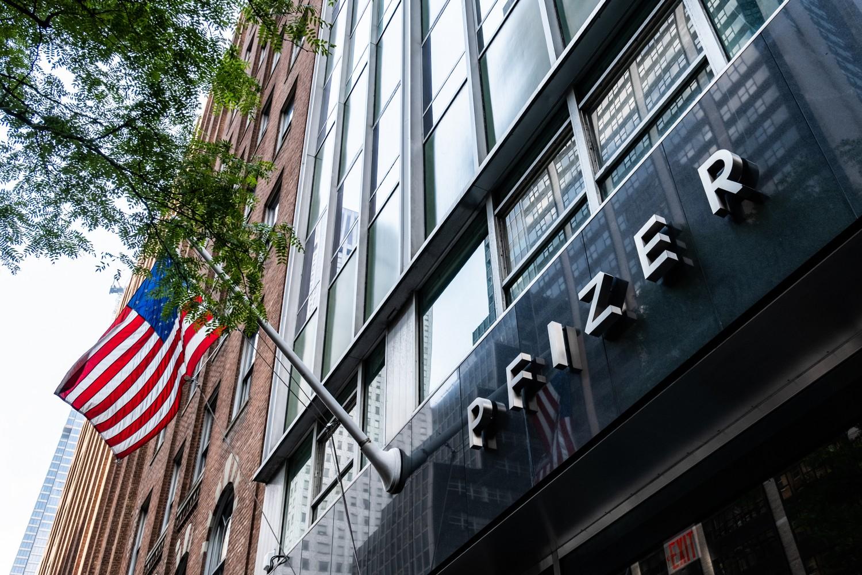 Sedište kompanije Fajzer u Njujorku, 22. jul 2020. (Foto: Jeenah Moon/Getty Images North America/AFP)