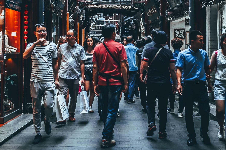 Мештани Шангаја током куповине (Фото: