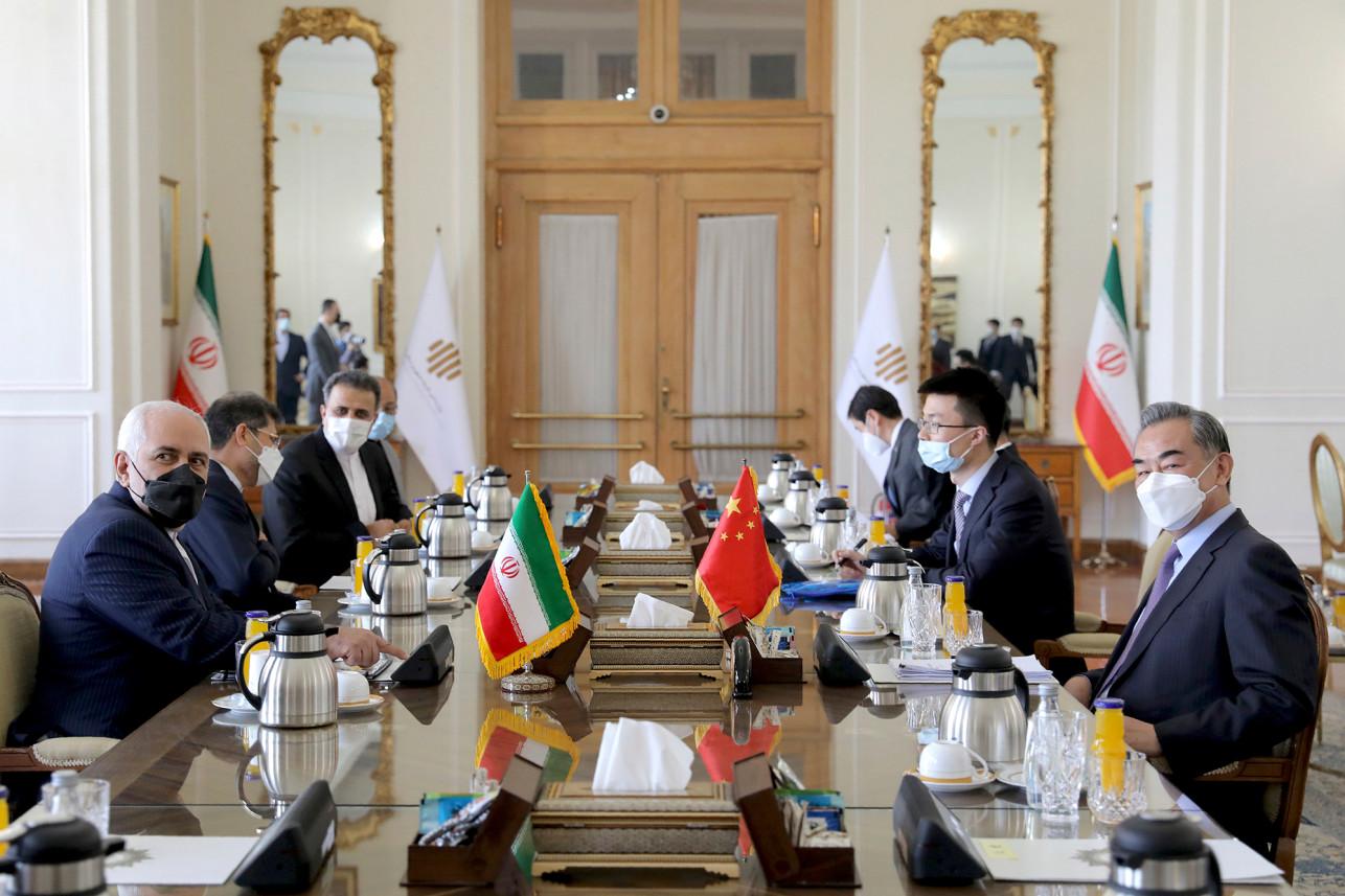Kineski državni savetnik i ministar spoljnih poslova Vang Ji tokom sastanka sa iranskim ministrom spoljnih poslova Džavadom Zarifom, Teheran, 27. mart 2021. (Foto: AP Photo/Ebrahim Noroozi)