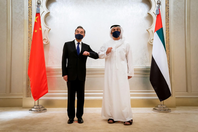 Kineski ministar spoljnih poslova Vang Ji tokom sastanka sa ministrom spoljnih poslova UAE Abdulahom bin Zajedom al Nahjanom, Abu Dabi, 28. mart 2021. (Foto: Reuters/WAM)