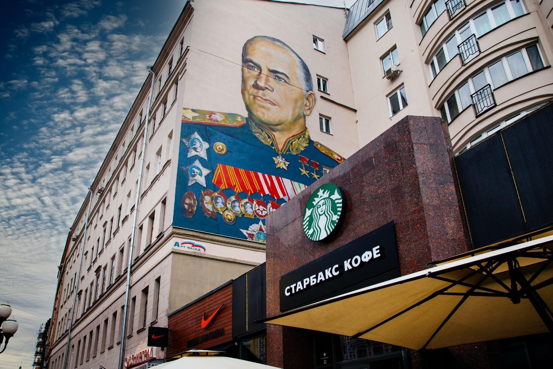 Grafit komandanta Velikog otadžbinskog rata maršala Žukova iznad Starbaks kafe u Ulici Stari Arbat u Moskvi (Foto: