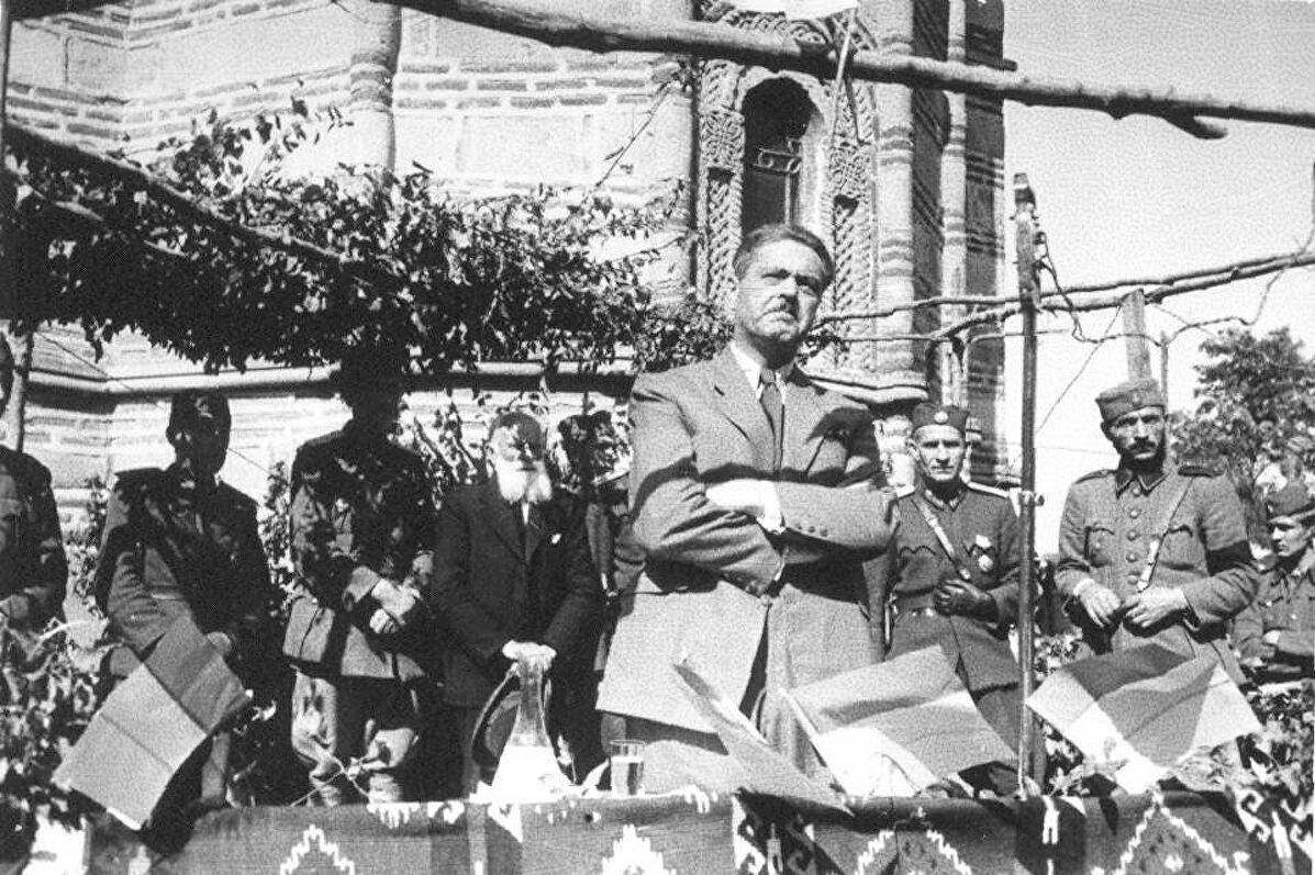 Mihailo Olćan (za kog se često pogrešno tvrdi da je Dimitrije Ljotić) tokom jednog zbora u okupiranom Kruševcu, 16. avgust 1943. (Foto: Wikimedia/Muzej istorije Jugoslavije, inv. br. 11951)