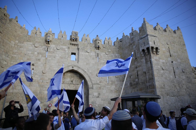 Izraelci sa zastavama Izraela ispred Damask kapije u Starom gradu, Jerusalim, 13. maj 2018. (Foto: AP Photo/Ariel Schalit)