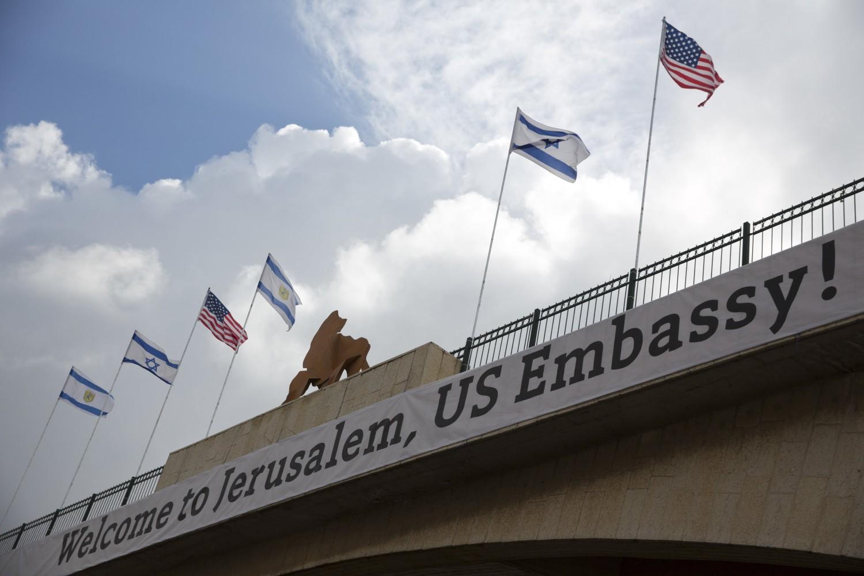 Transparent dobrodošlice povodom preseljenja američke ambasade u Jerusalim na jednom mostu uoči njenog zvaničnog otvaranja, 13. maj 2018. (Foto: AP Photo/Ariel Schalit)