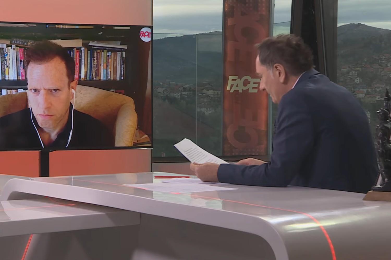 Timoti Les i Senad Hadžifejzović tokom intervjua (Foto: Snimak ekrana/Jutjub/FACE HD TV)