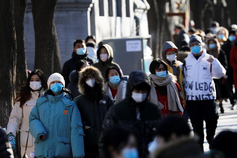 Građani Pekinga sa zaštitnim maskama na licu (Foto: Reuters/Tingshu Wang)