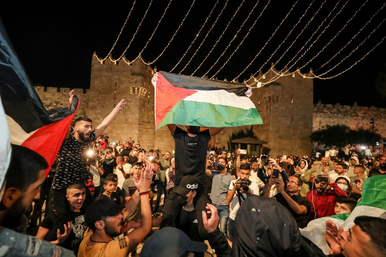 Palestinci sa palestinskim zastavama ispred Damask kapije u Starom gradu, Jerusalim, 25. april 2021. (Foto: Reuters/Ammar Awad)