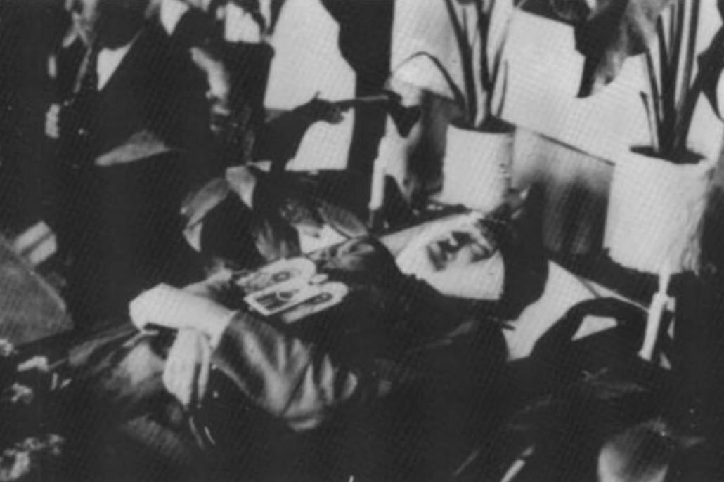Preminuli Dimitrije Ljotić na odru aprila 1945. godine (Foto: Wikimedia/Stevan Piroćanac – Srpski dobrovoljci 1941 – 1945 u reči i slici)