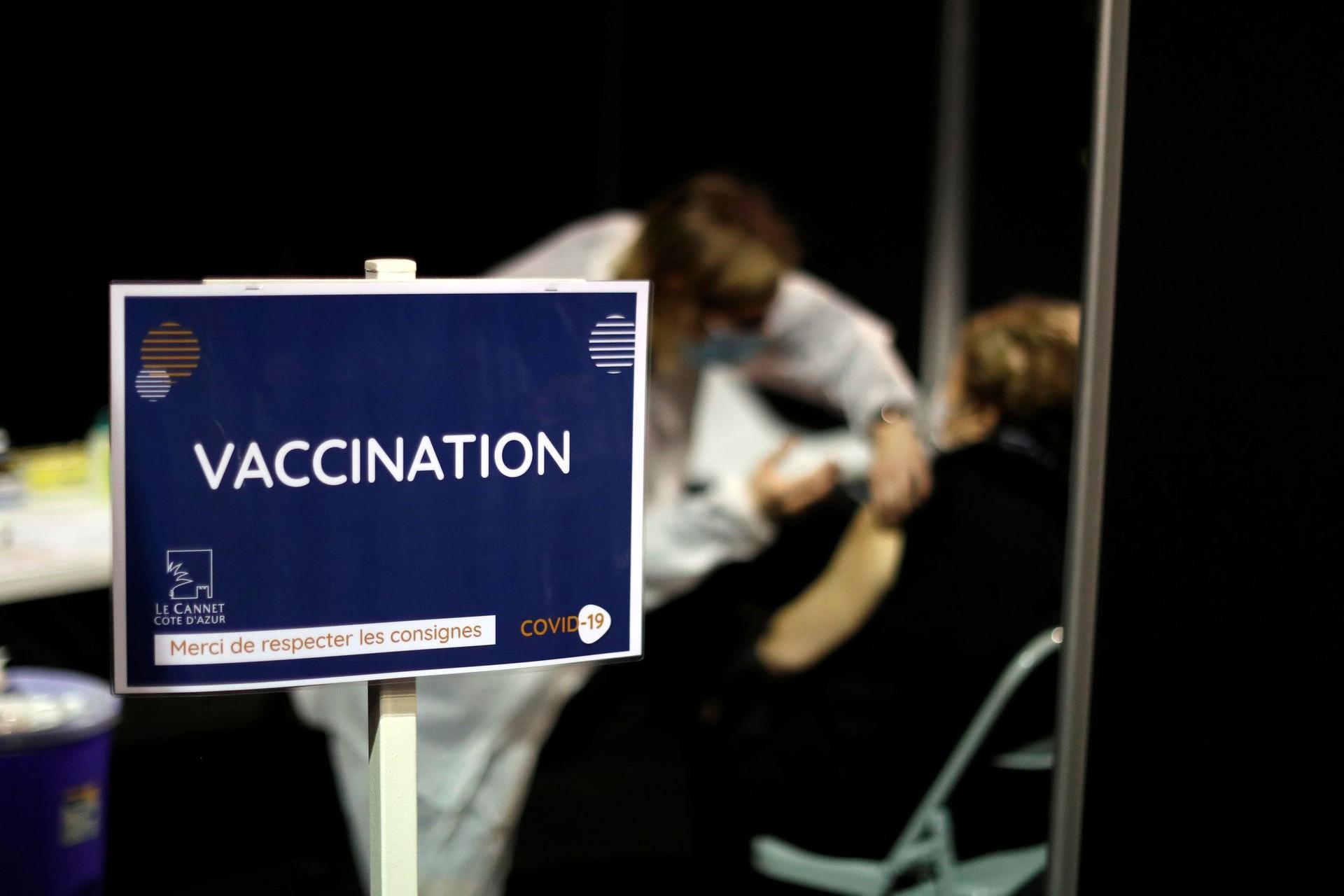 Punkt za vakcinaciju građana protiv virusa COVID-19 u Le Kaneu (Francuska), 19. januar 2021. (Foto: Reuters/Eric Gaillard)